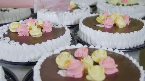 Konditor Dekorieren Kuchen Mit Schokolade Sahne Und Zucker Auf Eine