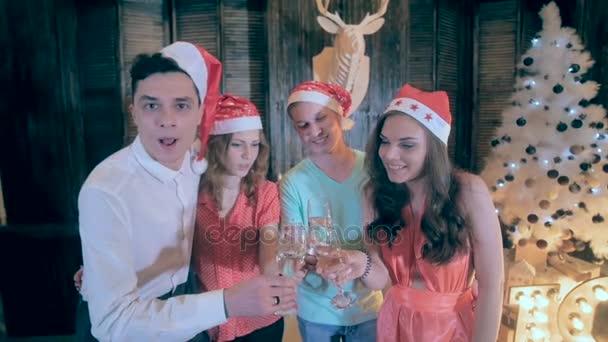 Boldog baráti szórakozás csillogó karácsonyi partin ünnepli Szilveszter