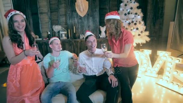 Boldog baráti szórakozás csillogó karácsonyi partin ünnepli Szilveszter.