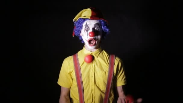 Szörnyű horror bohóc. Ijesztő őrült zsonglőr bohóc zsonglőr csapok használata.