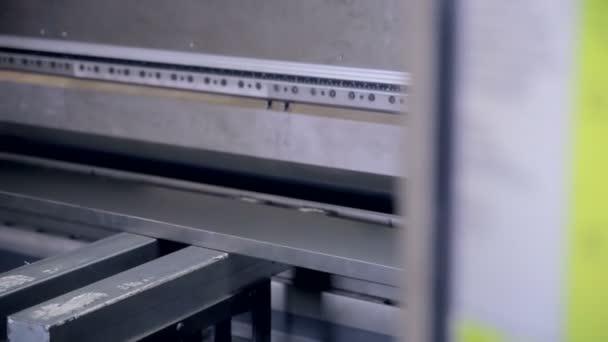 Kovová zařízení v ohybu. K nepoznání pracovník ohybu plechu zařízení v průmyslové výrobě