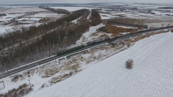 Vasúti szállítás. Tehervonat, elhaladó tankok és a rakomány vagons. Légi.