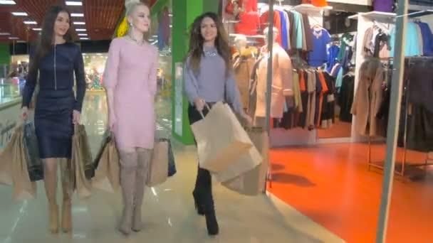 Shopaholics s nákupníma taškama v obchoďáku