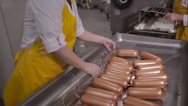 Kolbász gyártása. Munkavállaló működtet hús-feldolgozó berendezés a hús-feldolgozó.
