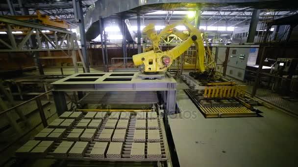 Automatizovaný stroj. Průmyslové zařízení, které pracuje v továrně