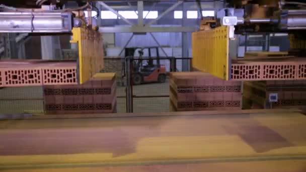 Industrieroboter Förderband arbeitet in einer Fabrik, Montage waren, Ziegel.