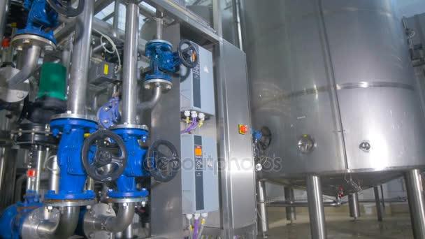 Raffineria. Olio, costruzione della conduttura combustibile allinterno della fabbrica della raffineria.