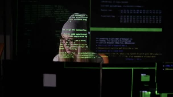 Mladá žena v tmavých zadání dat, počítačové kódy, porušení zabezpečení systému