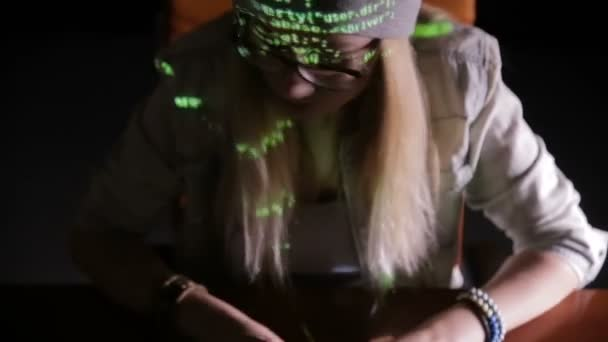 Mujer hacker trabajando en cuarto oscuro — Vídeos de Stock ...