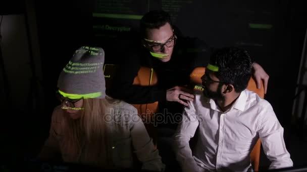 Team giovane hacker che lavora su un computer. Cybercrime, concetto di attacco di cyber