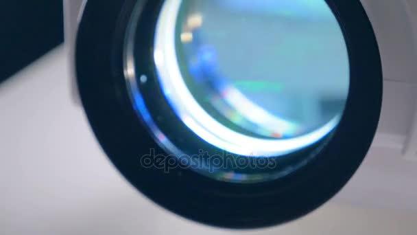 Video, film, Tv projektor dolgozik egy sötét szobában. Zár megjelöl kilátás.