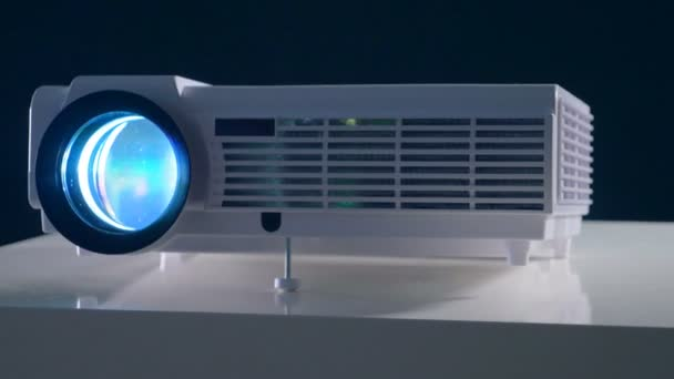 Video, película, proyector de Tv en un cuarto oscuro. Vista de cerca ...