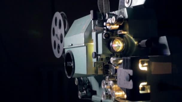Vecchio proiettore di film depoca con audio. Dolly shot