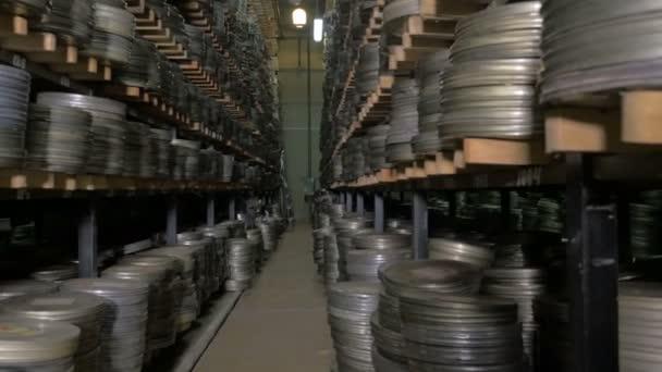 Filmarchiv. Filme, Rollen Film auf einem Regale in einem riesigen alten Filmarchiv.