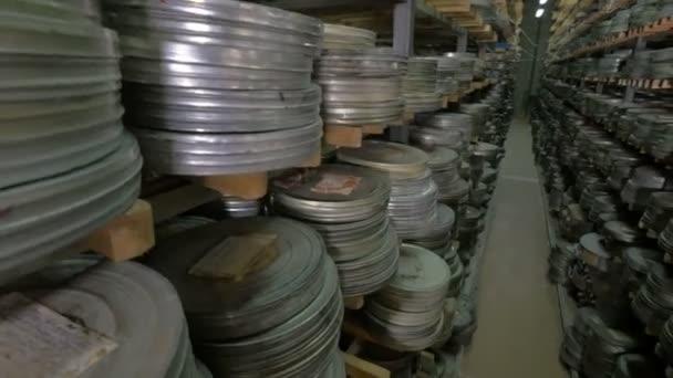Régi vintage film orsó, film szalagok esetekben Archívum polcok feküdt. Dolly lövés.