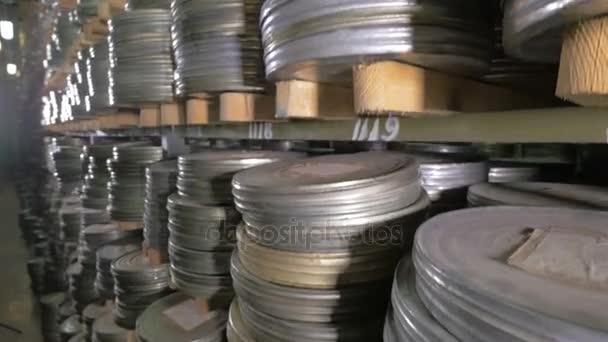 Filmarchívum. Filmek, film orsó a a polcok, egy hatalmas, régi film-Archívum.