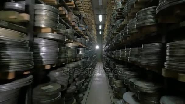 Filmarchiv. Filme, Filmrollen im Regal eines riesigen alten Filmarchivs.