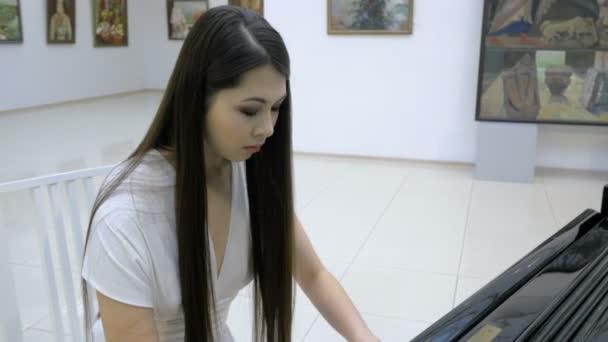 Půvabná žena pianista hrající klavír v opeře