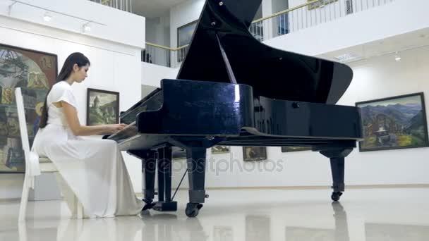 Musikalischen Pianist spielt klassischen Flügel in einem Konzertsaal-Center. Steadycam-Schuss