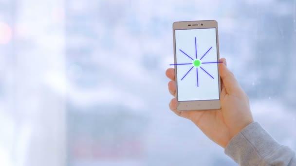 Člověk ruku změnou smarthome možností pomocí aplikace pro chytré telefony. Koncept inteligentního domu