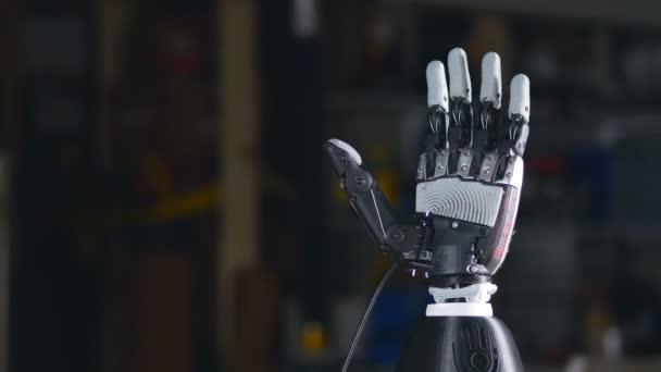 Robotkar. Futurisztikus cyborg karját akcióban.