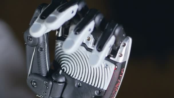 Futuristické robotické kyborg rukou v akci. Skutečné robotické protézy.