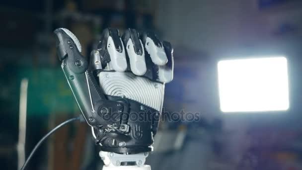 Futurisztikus robotika cyborg karját akcióban. Igazi robot protézis.