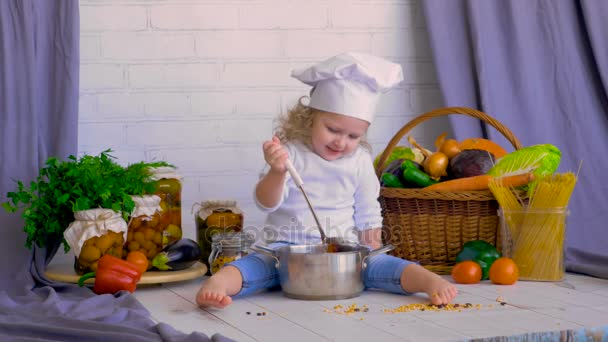 Dívka kuchař vaření čerstvou zeleninu. Zdravé jídlo koncept