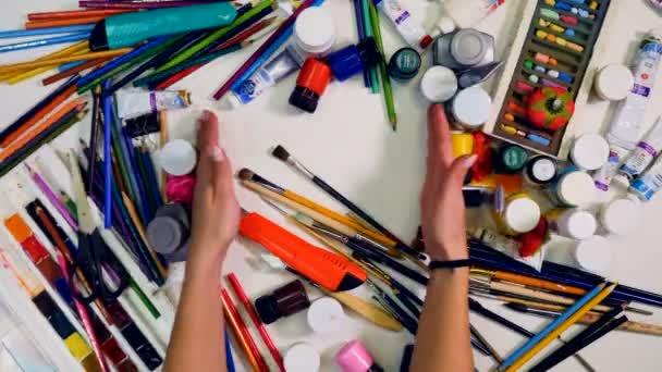 Pracovní prostor, návrháře, umělce. Rukou odstranit objekty na stole, nechte prázdné místo pro vás. Pohled shora.