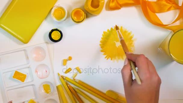 Sárga virágok készült. Művész íróasztal, sárga színű paletta. Szemközti nézet.