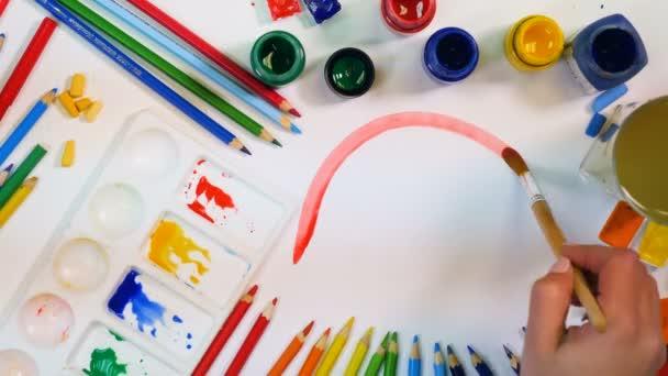 Červené, oranžové, žluté čáry. Umělec ruku výkresové barevné teplé čáry. Pohled shora