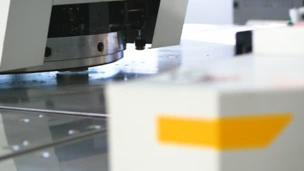 Közelről. Modern ipari Cnc termelés gép. Újító berendezés gyári munka.