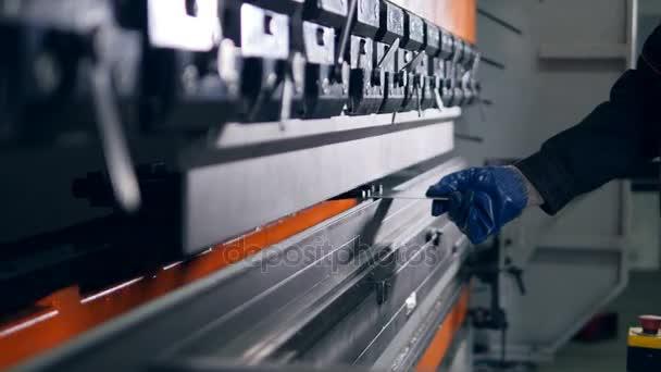 Pracovní ohybu plechu na moderní průmyslové ohýbačka v továrně