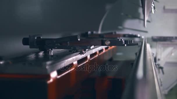 Pracovník provozní Cnc Lisy hydraulické brzdy. Ohýbání plechů z kovu. Detail
