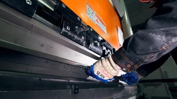 Dělník, práce s plechem na Cnc Lisy hydraulické brzdy. Detail