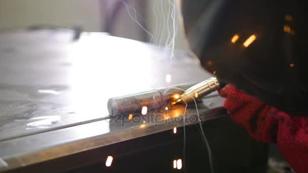 Zpomalený pohyb svařování. Svářeč pracovník svařovací kov. Světlý elektrický oblouk a jiskry při výrobě kovových zařízení.