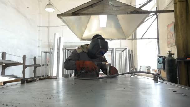 Zpomalený pohyb. Svářeč v práci v továrně na zpracování kovů