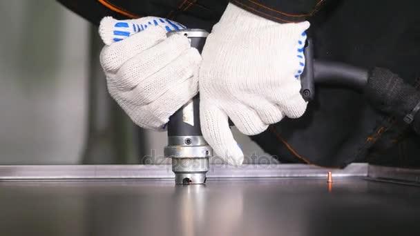 Zpomalený pohyb. Krásné jiskry z průmyslových moderní svařovací pistole. Svářeč v rukavice svařování kovových dílů se spoustou jisker, bliká. Detail.