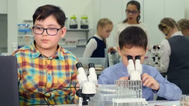 Kinder die wissenschaftlichen experimente an schule biologie