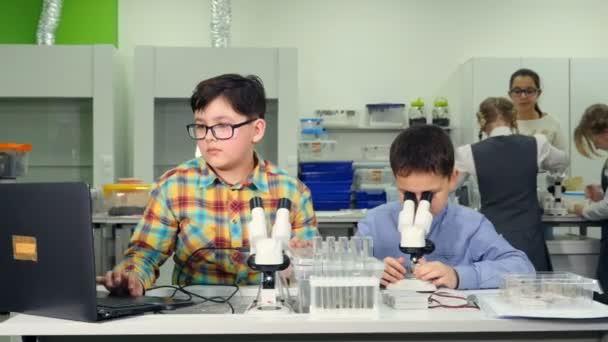 Školní pojetí vědy. Základní škola studenti dělat věda experiment s hlemýždi