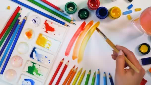 Červené, oranžové, žluté čáry. Umělec ruku výkresové barevné teplé čáry. Pohled shora.