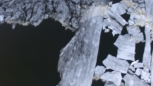 4 k. jég úszó a folyón a tavaszi idő. Közvetlenül a felső.