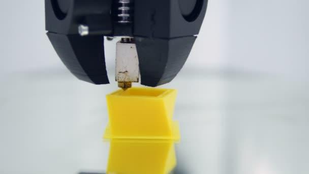 3D Druck. Mit Kunststoff-Draht Filament auf 3D-Drucker drucken. Close-up.