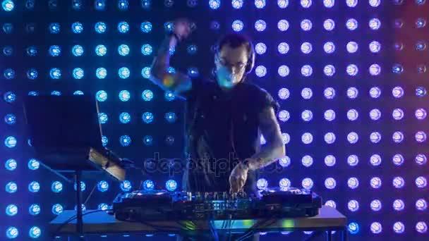 Noční život koncepce. DJ hraje na disco.