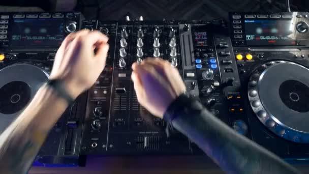 Zú. Disco a Club Dj ruce míchání v nočním klubu strany