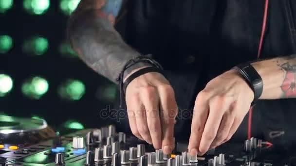 Diskotéka Dj ruce pomocí směšovače a gramofony v nočním klubu.