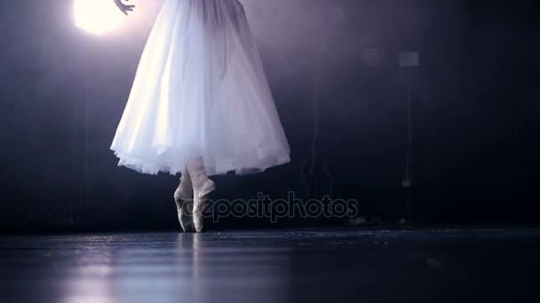 Ballerinas Beine in Spitzenschuhen. Kein Gesicht. Nahaufnahme. hd.
