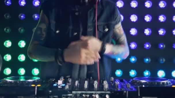 Neznámé Dj je tanec, mixování hudby na diskotéce. Detail. Zpomalený pohyb.