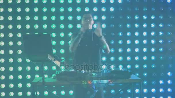DJ přesun a tleskání v taktu s hudbou. HD