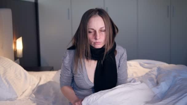 A beteg nő csomagolta magát a takarót. Közeli kép:.